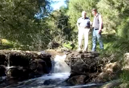 Peter Andrews and Martin Royds discuss a leaky weir at the Natural Sequence Farming demonstration at Barramul Stud